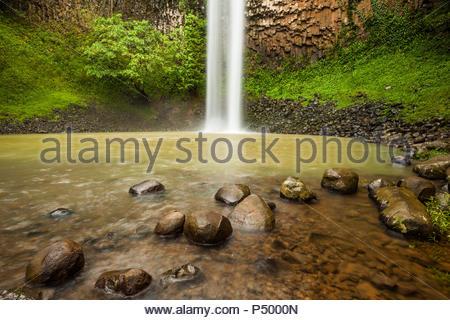 La splendida cascata in Area recreativa El Salto de Las Palmas, provincia di Veraguas, Repubblica di Panama. Immagini Stock