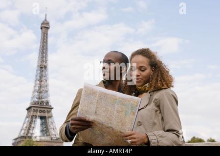 African giovane guardando alla mappa Immagini Stock
