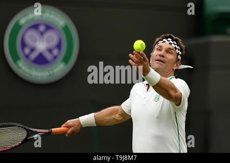 Londra, Regno Unito. Il 19 maggio 2019. Wimbledon Tennis Giocatori Day; Pat Cash (AUS) serve nel suo raddoppia il match contro Goran Ivanisevic (CRO) e Jamie Murray (GBR) Credit: Azione Plus immagini di sport/Alamy Live News Immagini Stock