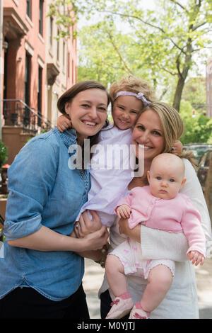 Ritratto di soggetti di razza caucasica madri e figlie in città Immagini Stock