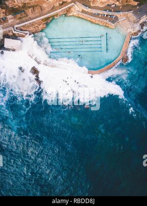 Incredibile vista panoramica foto hanno rivelato le incredibili piscine di roccia in offerta a Sydney, Australia. Spettacolari immagini aeree di offrire un nuovo punto di vista sulle piscine mentre le onde del mare crash oltre la parete in alcune delle piscine. Altro suggestivo mostra gli scatti blu luminoso del pool rettangolare circondato dal colore marrone scuro rock proteggendolo dal mare. La stupefacente fotografie sono state prendendo a Sydney dal locale retail manager Shay Cooper (23). Shay Cooper / mediadrumworld.com Immagini Stock
