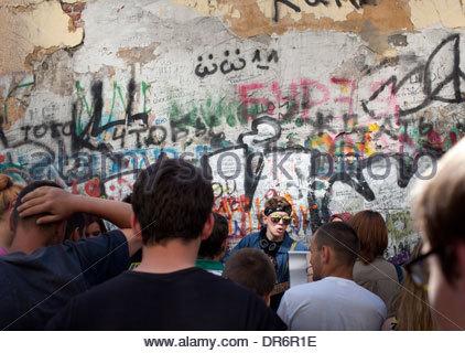 Gli appassionati di fine musicista Viktor Tsoi festeggia il suo cinquantesimo compleanno, Tsoi parete, Mosca, Russia Immagini Stock