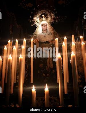 La scultura della Virgen de los Dolores decorato con candele durante la Semana Santa in Prado del Rey, Sierra de Grazalema, Cadice, Spagna Immagini Stock