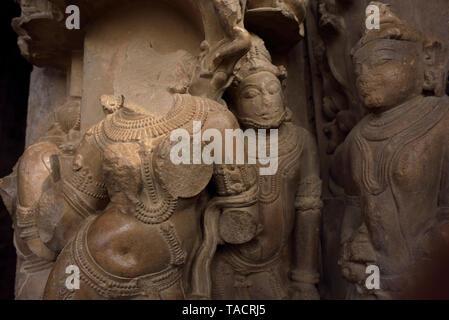 Rovinato sculture, Chaturbhuja tempio, Khajuraho, Madhya Pradesh, India, Asia Immagini Stock