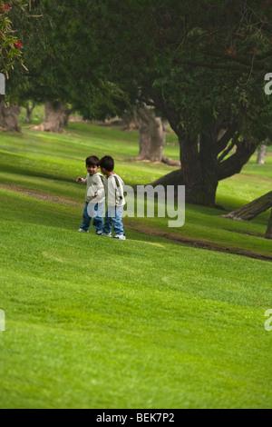 Due ragazzi giocare in un parco Immagini Stock