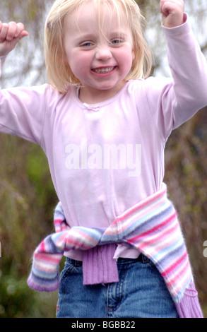 Fotografia della ragazza di successo kid conseguimento vincitore celebrazione REGNO UNITO Immagini Stock