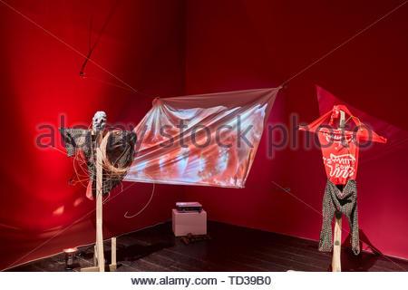 Installazione di Matty Bovan/ Rory Mullen/ Adam Leach per Leeds. London Design Biennale 2018, Londra, Regno Unito. Architetto: Vari , 2019. Immagini Stock