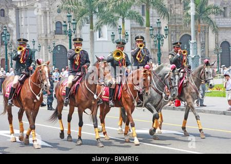 Polizia montata buglers sono parte del quotidiano cambio della guardia al Palacio de Gobierno nel centro storico Immagini Stock