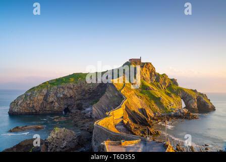 Spagna, Paesi Baschi, San Juan de Gaztelugatxe, vista di isolotto Immagini Stock