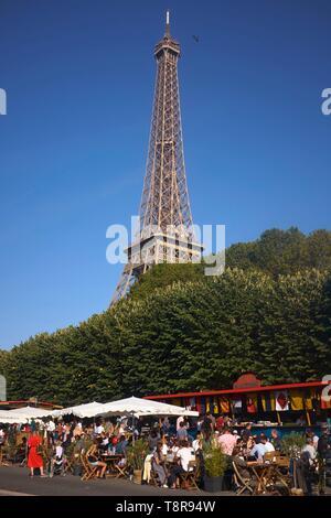 Francia, Parigi, le rive della Senna, terrazza del bar Marina e la Torre Eiffel Immagini Stock