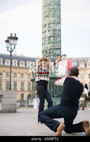 Turistico con le borse della spesa, Parigi, Francia Immagini Stock