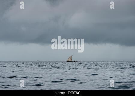 Zanzibar ha un sacco di dhow (stile tradizionale imbarcazione a vela) a causa della sua storia come una parte del Immagini Stock