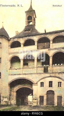 Schloss Finsterwalde, il castello di gates nel Brandeburgo, 1917, Brandeburgo, Finsterwalde, Schloßhof Immagini Stock
