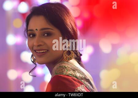 Ritratto di una donna in Saree con luci Diwali Bokeh in background Immagini Stock