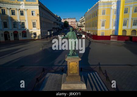 Elevata drone shot del duca di richelieu statua sulla prymorski boulevard odessa. prese a sunrise Immagini Stock