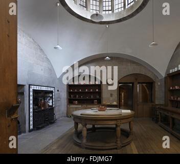 La cucina al Castle Drogo, Devon, con la circolare di legno di faggio tavolo progettato dall architetto della casa, Immagini Stock
