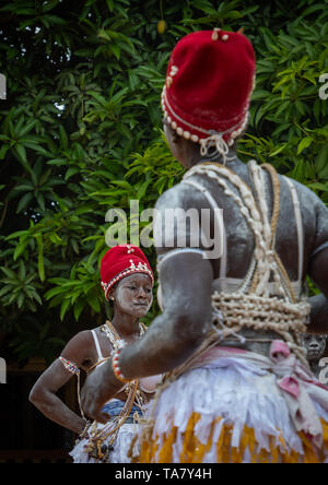 Donne che danzano durante una cerimonia in Adjoua Messouma Komians centro di iniziazione, Moyen-Comoé, Aniassue, Costa d'Avorio Immagini Stock