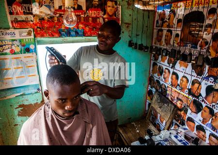 Un parrucchiere e un cliente in un parrucchiere in Malawi, Africa Immagini Stock