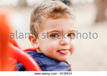Close-up verticale di un ragazzo simpatico Immagini Stock