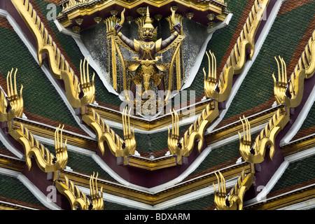 Thailandia, Bangkok, Grand Palace e il Wat Phra Kaeo, dettaglio del tetto con la statua di garuda Immagini Stock