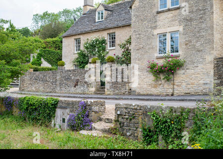 Cotswold cottage in pietra in Ablington. Cotswolds, Gloucestershire, Inghilterra Immagini Stock