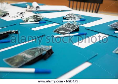 ID BADGE, le cartelle e le penne pronto sulla conferenza check-in tabella Immagini Stock