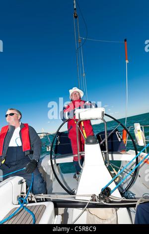 Ocean going yacht con il capitano al volante. Immagini Stock