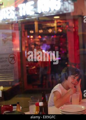 Ragazzo seduto a Diner a Memphis Immagini Stock