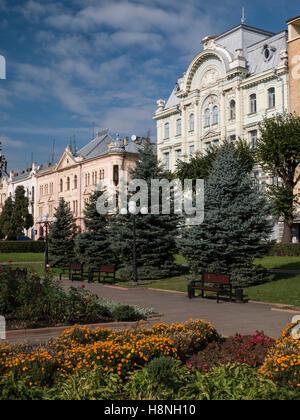 Splendidi edifici che circondano la piazza Teatralina in Chernivtsi, Ucraina. Piuttosto sono i fiori che fioriscono Immagini Stock