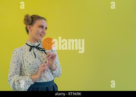 Giovane bella divertente bionda con un lecca-lecca Immagini Stock