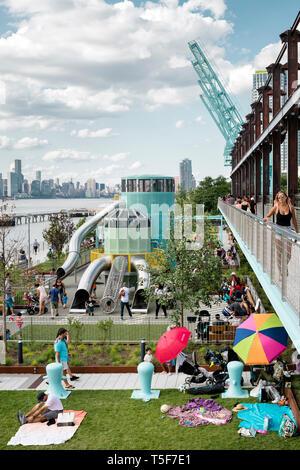 Vista in elevazione dei bambini parco giochi. Domino Park, Brooklyn, Stati Uniti. Architetto: James Corner Field Operations, 2018. Immagini Stock
