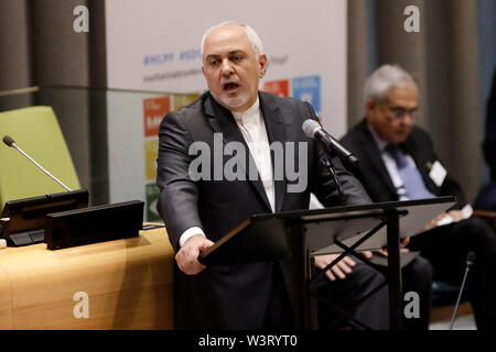 """(190717) -- NAZIONI UNITE, 17 luglio 2019 (Xinhua) -- Ministro degli Esteri iraniano Mohammad Javad Zarif risolve il dibattito generale del segmento ad alto livello del Consiglio Economico e Sociale (ECOSOC) Segmento Ministeriale dei politici ad alto livello di Forum sullo sviluppo sostenibile, presso la sede delle Nazioni Unite a New York, 17 luglio 2019. Javad Zarif Mercoledì ha raccontato le Nazioni Unite di un incontro ad alto livello che il popolo iraniano sono sottoposti ai più brutale forma di 'terrorismo economico."""" (Xinhua/Li Muzi) Immagini Stock"""