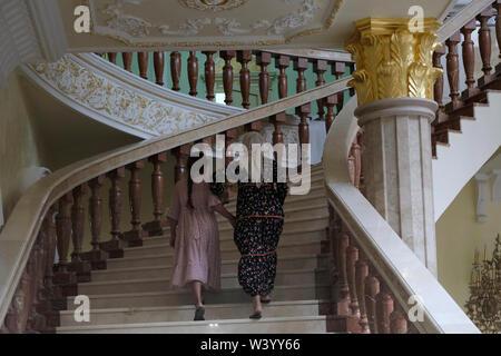 I visitatori locali a Akhmat Kadyrov museum prepotentemente un santuario di Akhmat e Ramzan Kadyrov a Grozny la capitale della Cecenia nel Nord Caucaso Distretto federale della Russia. Immagini Stock