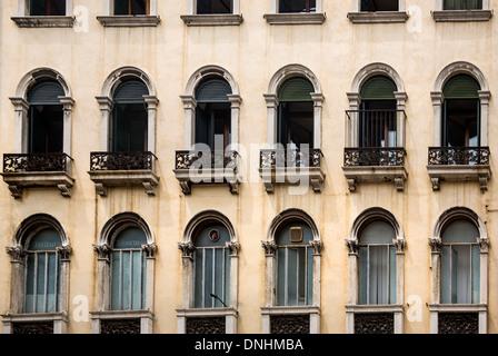 Basso angolo di visione di un edificio, Venezia, Veneto, Italia Immagini Stock
