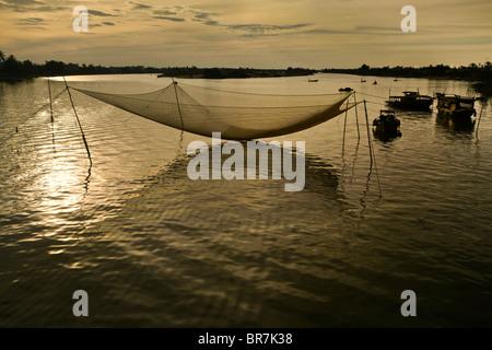 Il Vietnam, Hoi An, rete da pesca di sunrise Immagini Stock