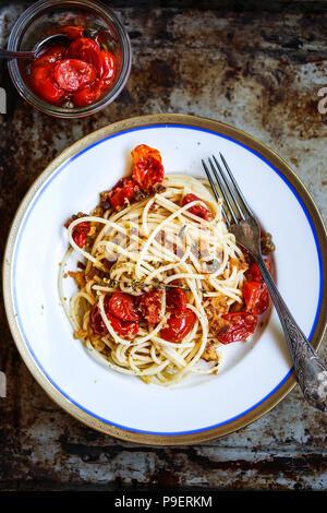 Arrosto di pomodori ciliegia spaghetti Immagini Stock