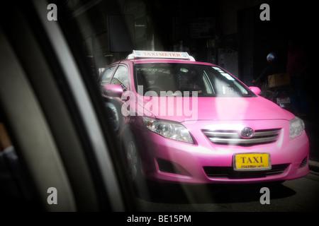 Thailandia, Bangkok, hot pink taxi in movimento sfocato Immagini Stock