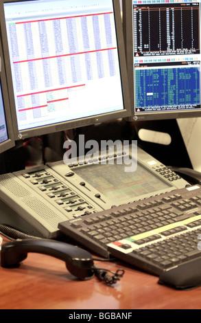 Fotografia del commerciante città vuota business desk a tenere il telefono Immagini Stock