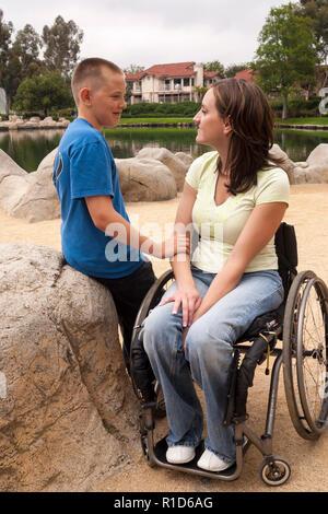 Disabilitato Genitore e figlio parla di vita © Myrleen Pearson ...Ferguson Cate Immagini Stock