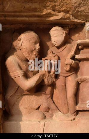 Le figure umane scultura su Lakshmana Temple, Khajuraho, Madhya Pradesh, India, Asia Immagini Stock