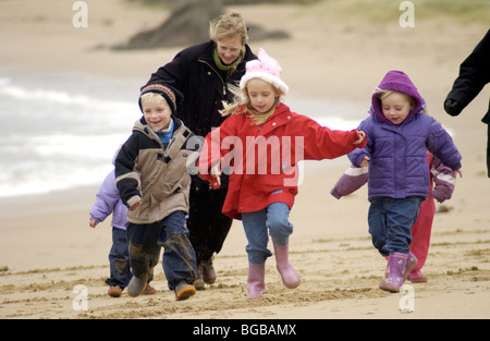 Fotografia di famiglia giocando vacanze inverno bambini esercitare la salute Immagini Stock