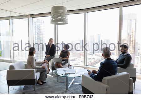 La gente di affari di parlare, riunione in ufficio urbano lounge Immagini Stock