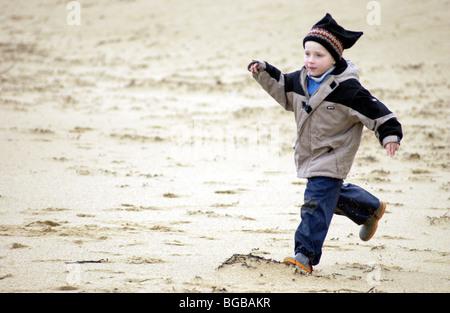 Fotografia del ragazzo sano esercizio per esterno in esecuzione i bambini attivi Immagini Stock