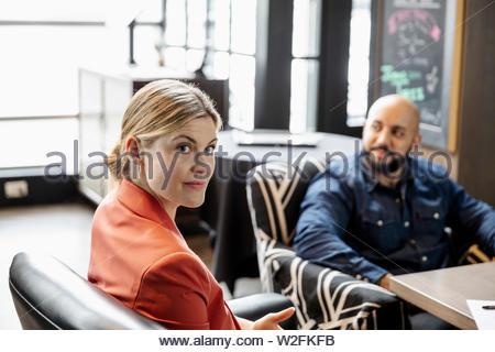 Ritratto fiducioso imprenditrice nel ristorante Immagini Stock