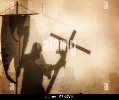 L'ombra di Cristopher Columbus tenendo un banner di Nuestra Señora de Guadalupe e un crocifisso viene colato nel Real Monasterio de Nuestra Señor de Guadalupe en Guadalupe Caceres, Estremadura, Spagna Immagini Stock