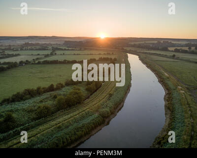 Drone foto oltre il Fiume Arun nel West Sussex attraverso il tramonto su un paesaggio inglese. Immagini Stock