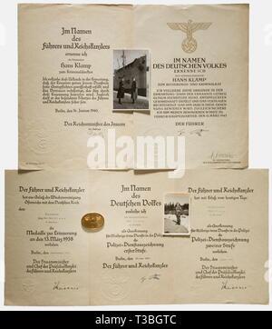 Un disco di identità della polizia giudiziaria e i documenti di un monaco di baviera consiglio penale identità numerati disco '3152' di tombac, segni di utilizzo. Rata documento come direttore penale datato 16 gennaio 1940 con la firma di inchiostro di Heydrich, e come Consiglio penale datata 12 marzo 1943 con la firma in inchiostro da Himmler. Ciascuno è a doppia pagina. Documenti per la concessione della medaglia commemorativa del 13 marzo 1938 datata 16 dicembre 1938, per le forze di polizia lungo il premio di servizio 2a classe datata 7 marzo 1939 e il 1 ° Classe datata 28 giugno 1941. Sono inclusi un libro paga, award, No-Exclusive-uso | Editorial-Use-solo Immagini Stock