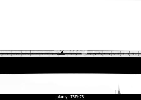 Un motociclo in attraversamento di un ponte sul fiume Elba. Immagini Stock