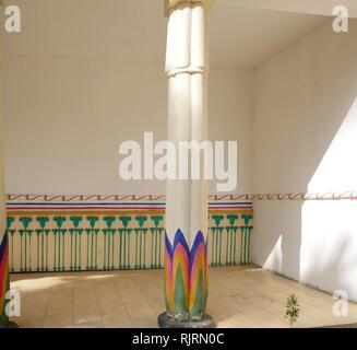 Replica del XVIII dinastia egizia antica e nobile casa, con pareti decorate e colonna. Immagini Stock