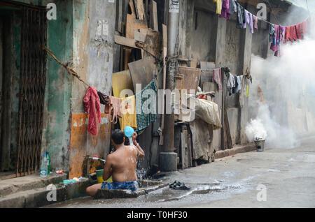 Uomo di balneazione in street, Calcutta, West Bengal, India, Asia Immagini Stock